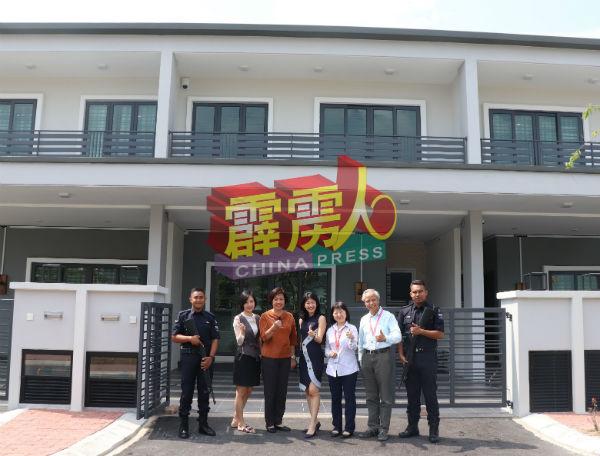 杨弼晴(左2起)丶梁丽熹丶黄钲淣丶陈小卿及李达才,指辅警队会24小时进行巡逻,保障居民的居住安全。