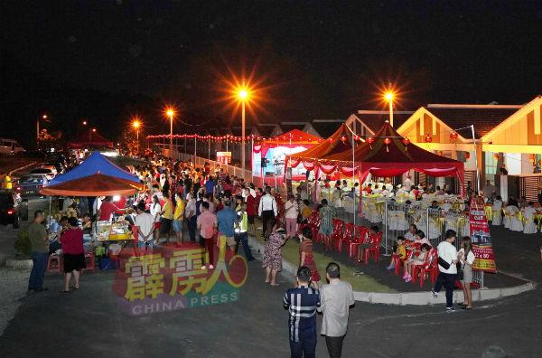 联欢晚宴上除了准备了自助餐,主办方还邀来近20摊美食摊位,现场有如小型夜市,热闹非凡。