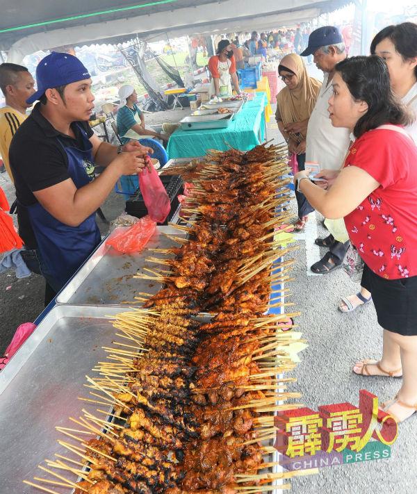 香喷喷烤肉也吸引华裔民众购买。(档案照)