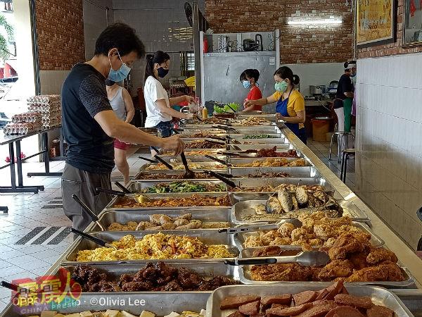 兵如港口(和成)经济饭专卖店,不论在什麽时段,都有络绎不绝的顾客人潮。