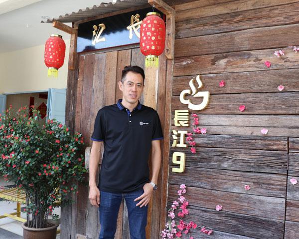 """江健龙设下""""长江7号""""及""""长江9号"""",两间白咖啡茶铺的经营模式截然不同,甚是有趣。"""