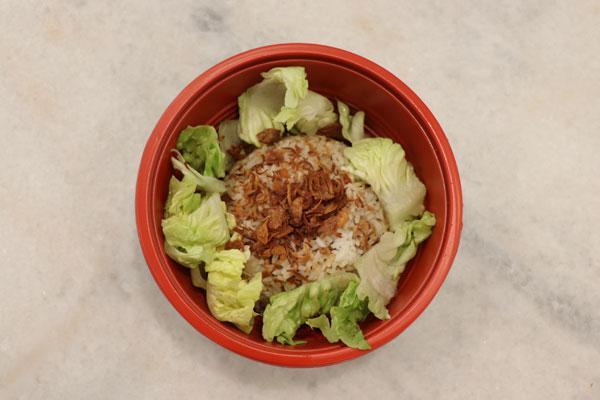 """长江黄金饭并非炒饭, 而是将炸葱配上鸡肉碎""""捞""""饭,让人回味无穷。"""