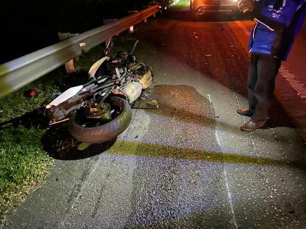 警员骑摩哆回怡保途中,疑撞向重型交通工具尾部,导致警员头部受创,重伤不治。