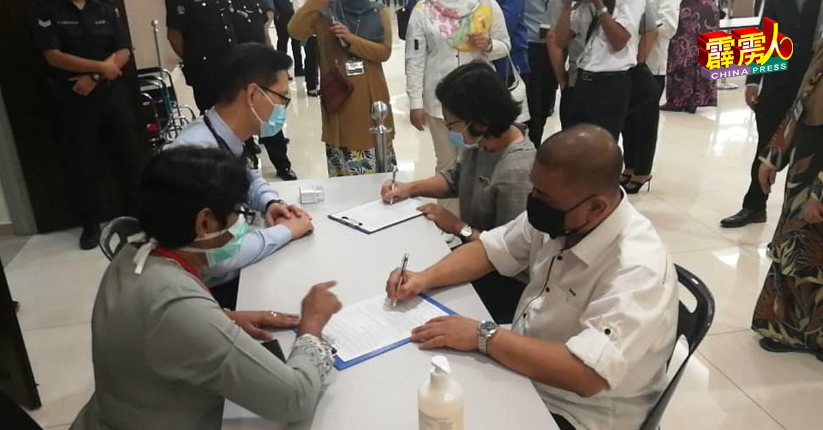 沙拉尼(右起)及陈丽敏抵达疫苗接种中心注册,随时接种疫苗。