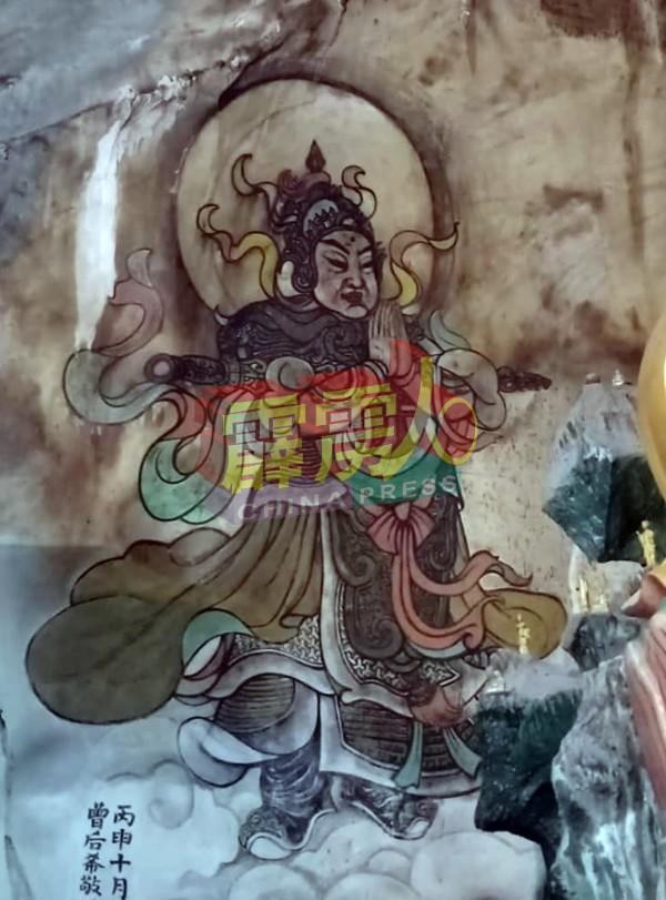 香港画家曾后希于逾60年前在大殿绘的韦驮菩萨圣像,是殿内历史悠久的神像。