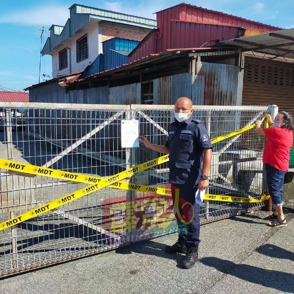 当局执法组为美罗巴刹重开进行部署工作,并把关闭通告拆下。