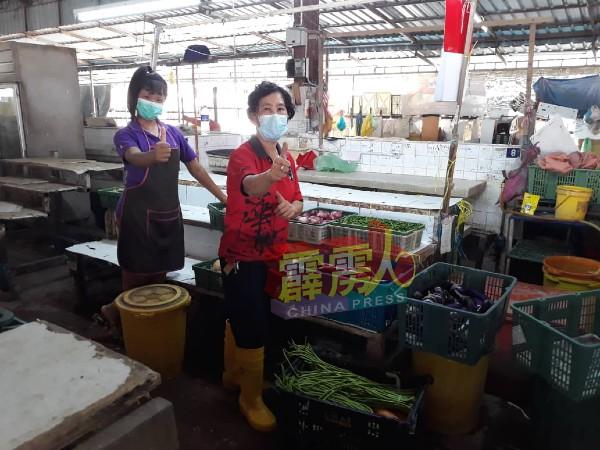 菜贩们在忙着摆放各种蔬菜,准备周二(9日)开市。