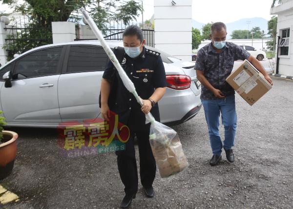 查案官叶秀菁把案件证物带入法庭。