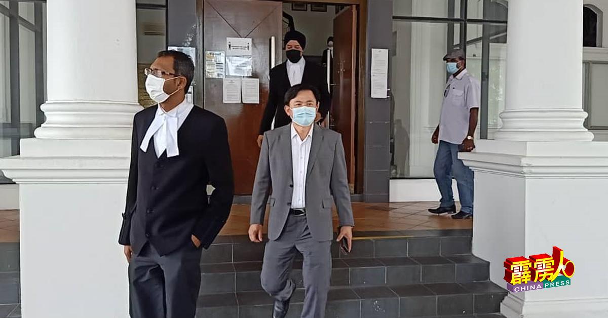 杨祖强(中)在法庭午休时间步出法庭,前为其辩护律师沙林巴兹尔及拉兹巴星(后)。
