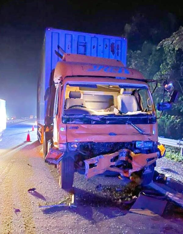 南北大道往北354公里靠近打巴处,发生2辆拖格罗厘相撞。