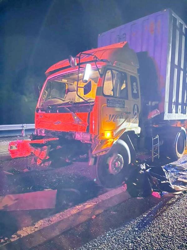 涉及意外的拖格罗厘车头部分损毁。
