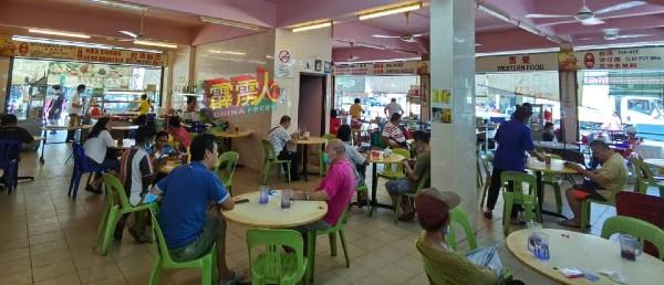 怡保爆发桂和园大路感染群,各茶室或食肆皆受到不同程度的影响,但部分茶室仍有不少食客上门。