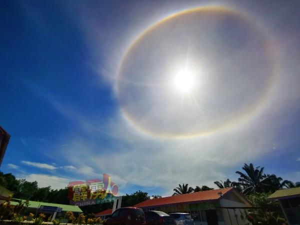 日晕犹如圆形的彩虹挂在天空。