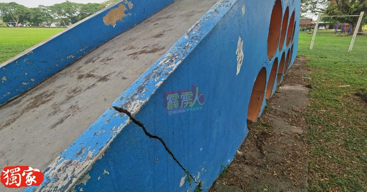 滑梯水泥牆现裂缝。