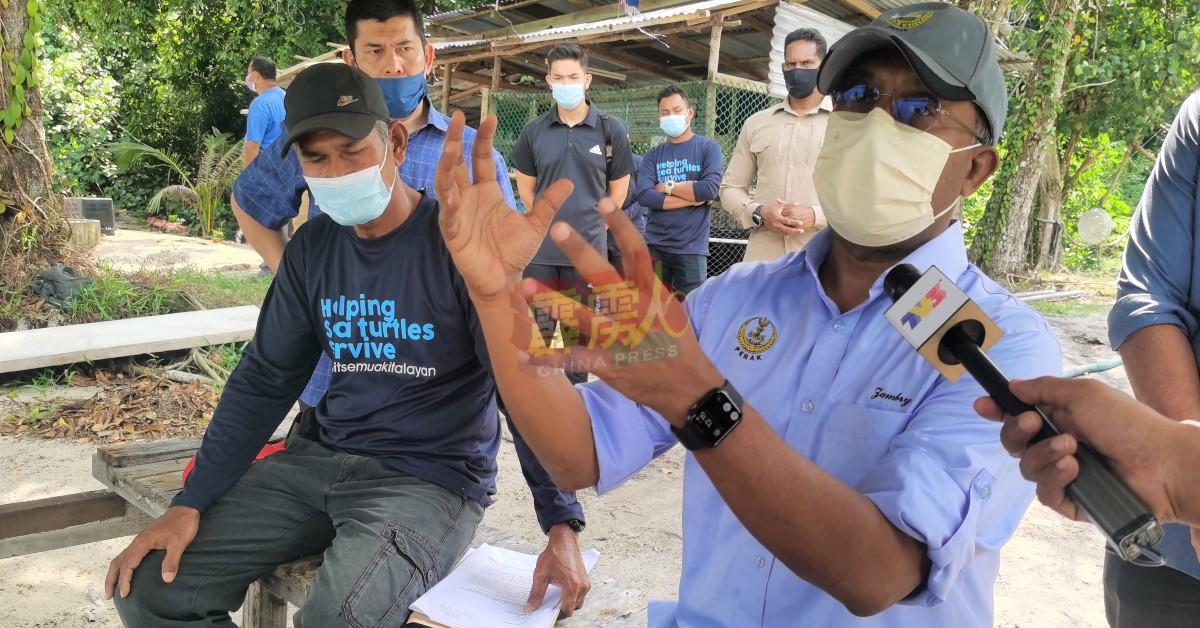 赞比里(右)冀各方以邦咯岛直落哥打邦海龟孵育中心发展为共同合作目标。