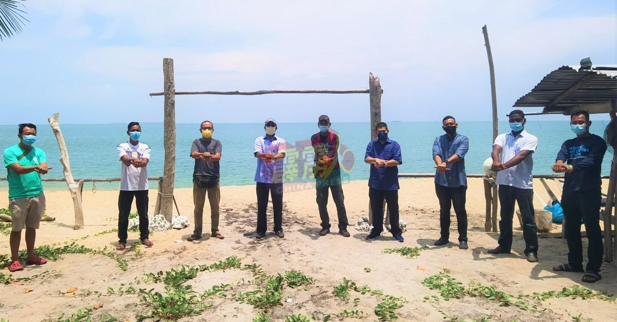 赞比里(左4起)、拉斯里及非政府组织成员。