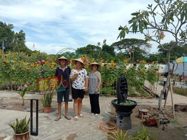 洪启申和洪宝莲父女(左起),精心打造开心乐园民宿,与游客分享喜悅。