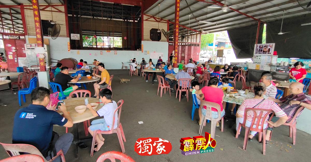 """少江沙市民趁週二(11日)最后冲刺,""""报復式""""到小食中心或是咖啡店用餐,当地餐饮业生意兴旺。"""