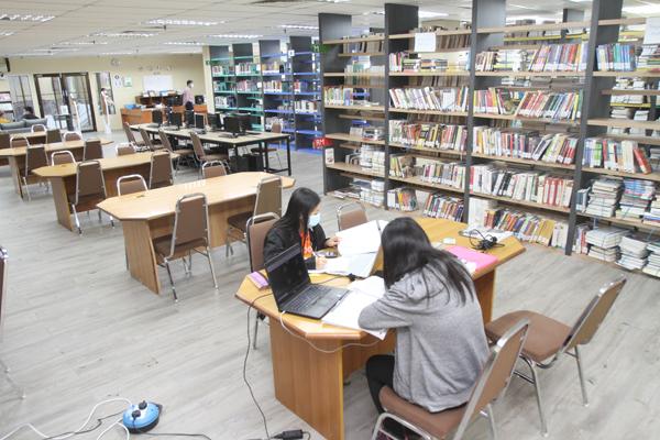 完善的图书馆,是学生课业上的辅助。