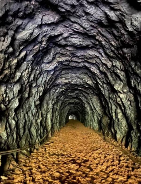 隧道3的地面尽是黄泥土,与灰色的顶部岩石成强烈对比。