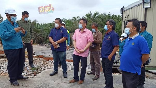 罗斯里(左)向该区州议员及地方领袖讲解有关工厂的操作方式,右起为黄振豪、陈福清、梁卓经、李振耀。