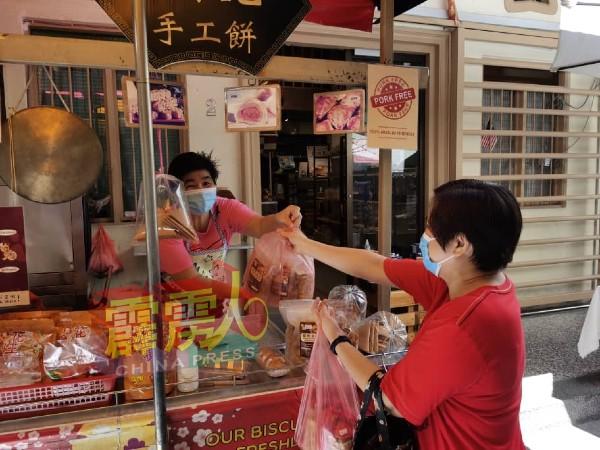 一些土产摊位获一些游客购客小食作为伴手礼。
