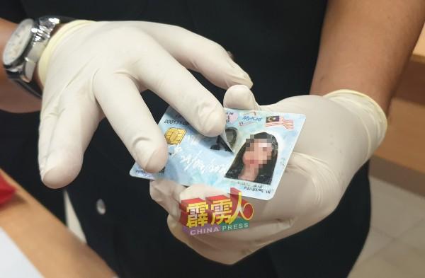 为防被熟人认出大马卡的持有者,嫌犯以移花接木方式将他人照片贴在大马卡用来租车。