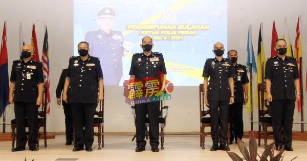 米奥(前排中)率领各部门主管,出席霹州警方月度集会。
