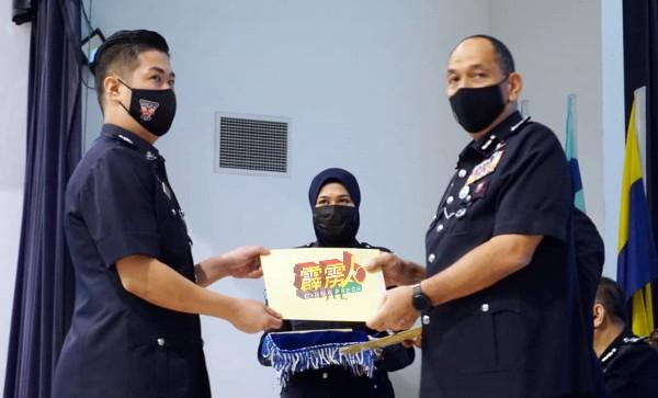 米奥(右)颁发褒扬状给表现杰出的邱天兴警长。