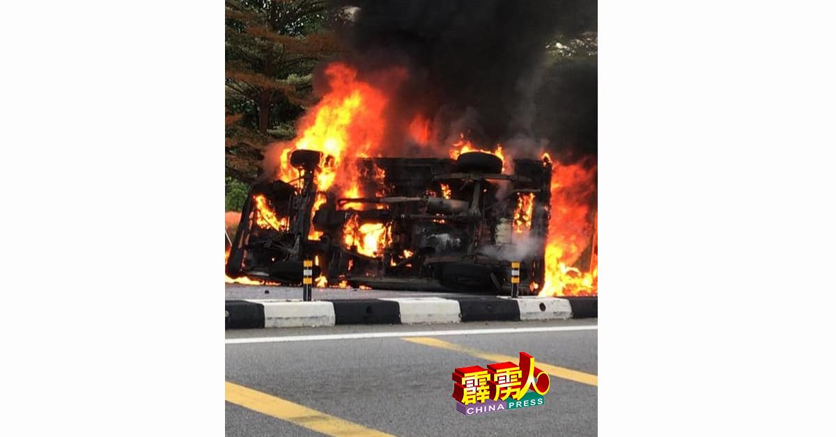 客货车撞及四驱车后,不幸翻覆及焚烧,38岁客货车印裔女司机惨被烧成焦尸。
