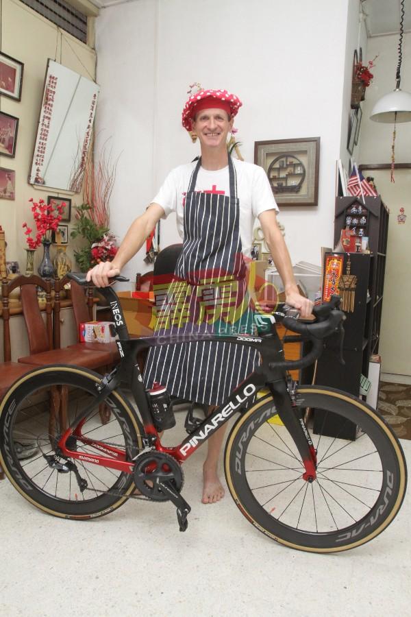 喜欢骑脚车的菲比安,因行动管制令以致他暂时无法进行户外活动,只能宅在家中。