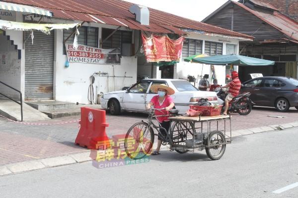 在疫情期间,纯朴的务边小镇居民,依旧照样生活。