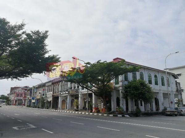 过往交通车水马龙的休罗街,周三(9日)早晨的街道显得冷清,一排商店仅休罗街客家面开业。