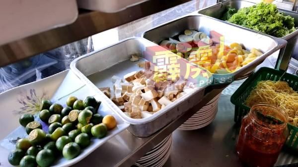 印尼爪哇面配有豆腐、马铃薯、鸡蛋、生菜及橘子等。