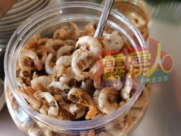 .配上特製的炸咸虾米,令爪哇面特别可口。