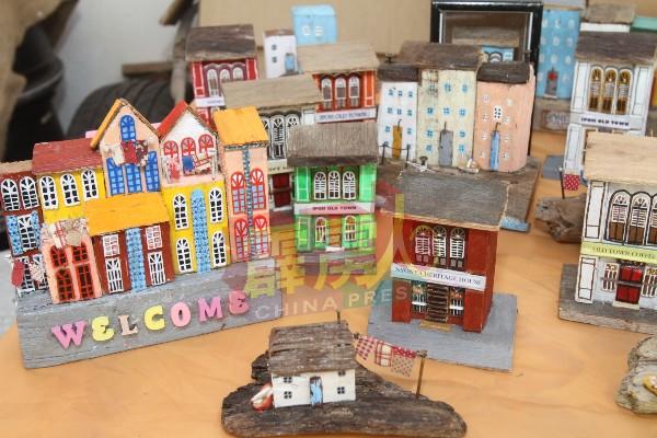 李金莲指出,屋子就是一个家,而家是让她感到温暖的地方,因此她选择以屋子或者建筑物做为主题,并制作出不同造型的迷你小木屋。