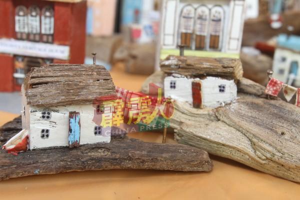 如今,李金莲已把所制作的小木屋放在网络平台售卖,同时也有寄放在一些旅游区店舖内出售,反应及询问度也俗。
