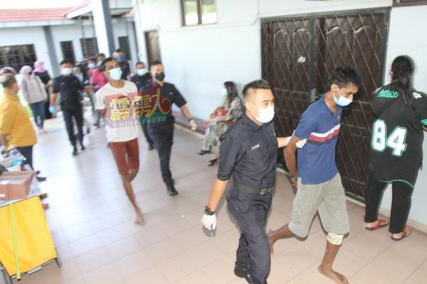 5名被告被带往怡保法庭面控。