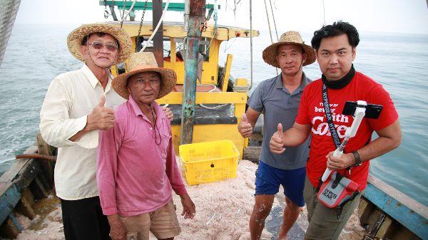 蔡耀梁(右)在王雅霖(左起)、曾国贵与林国安带领与陪同下,到海上实地采访与拍摄渔民如何捕捞峇拉煎虾。