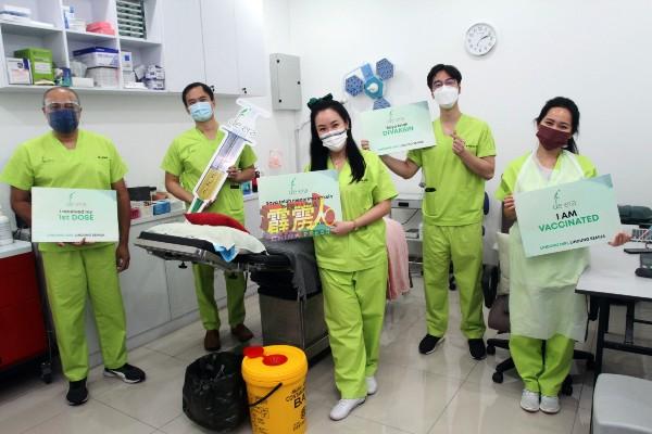 Klinik De Era加入疫苗接种行列,包括高凯仪(中)在内,该诊所共有5名医生提供服务,左起为医生佳温、林纬凯、陈芳显及陈依群。