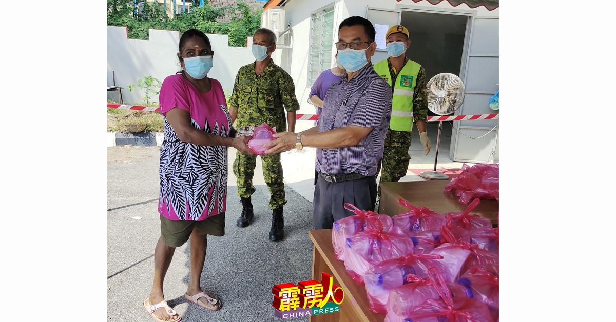 江沙警卫团GO296顾问许益镇(右2)分发饭盒给1名印妇。左2为黄安福。