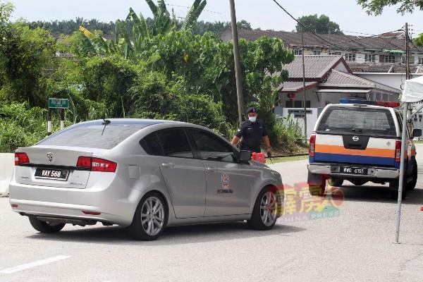 即使是民防部队的车队,也只能在军警再三确认执行任务后,才获准放行。