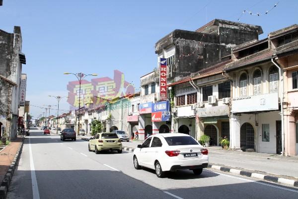 金宝旧街场情况较好,早上时段的旧街场街区依旧能见车来车往,巴刹及饮食业,仍然可见民众前来购物。