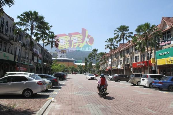 新街场街区人潮锐减,商家直呼生意大跌。