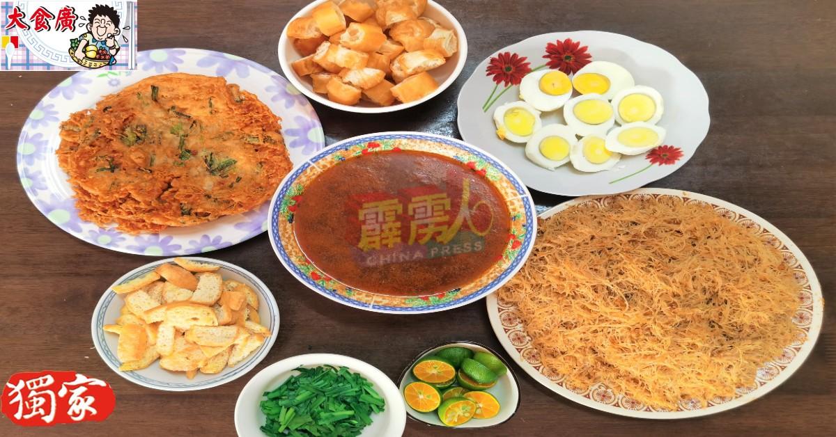 米暹的配料有水煮蛋、韭菜和酸柑,再加上油条、豆卜和自製的菜饼。