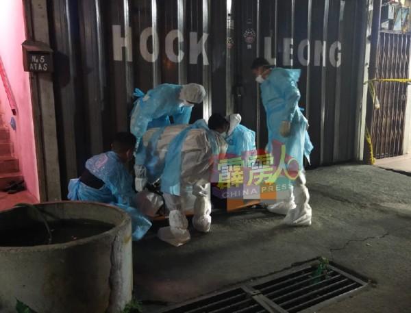 曾申诉面对睡不好问题的华裔独居汽车喷漆老板,被友人发现吊毙在店屋的楼梯处。