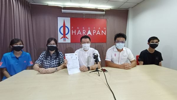 倪可敏(中)将协助杨卉雯(左2)上诉;左为高丽珠及右起杨楷纹及倪可敏政治秘书吴家良。