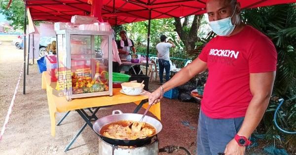 苏海米与家人在榴梿滞销,幸想出创意十足的炸榴梿小食,使榴梿生意起死回生。