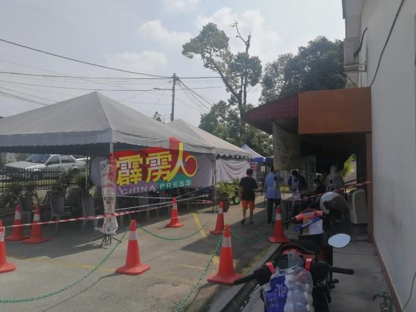万里望公共诊所也在周四设立临时帐篷,协助民众前来接受检测。