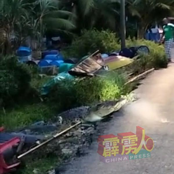 巨鳄借河水高涨时,经水道爬进马来甘榜后,被村民以手机拍下登岸一幕。